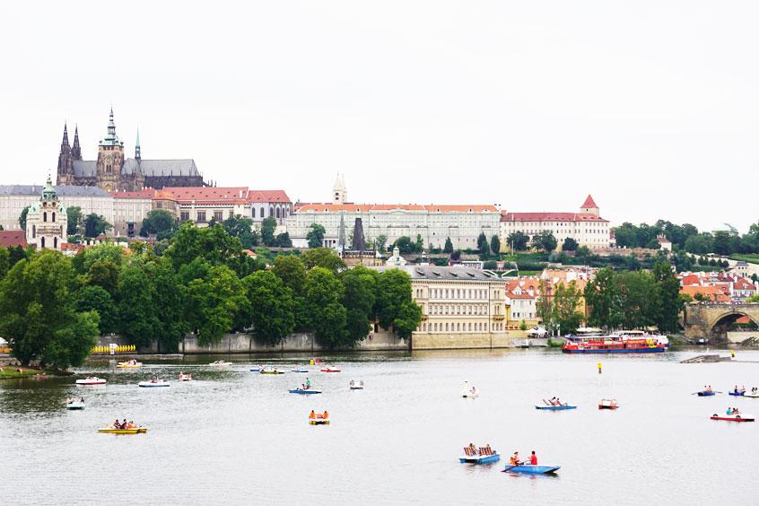Prague-entre-copines-pedalos-sur-la-Vltava