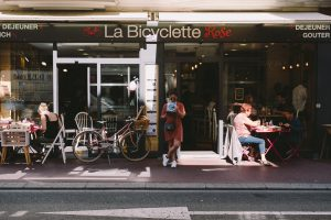 la-bicyclette-rose-annecy-hey-les-copines-11